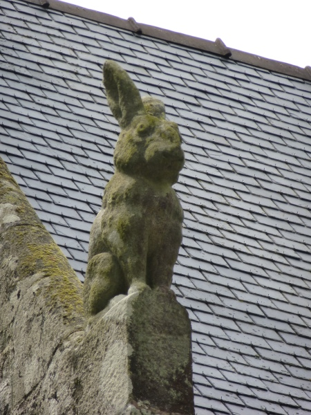 A large stone rabbit on the gatehouse of the chateau of Largoët