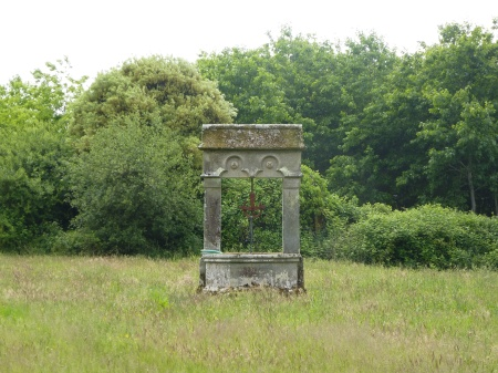 A finely decorated wellhead on the way to the Forteresse de  Largoët