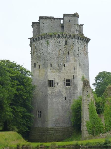 The impressive exterior of the donjon of Largoët