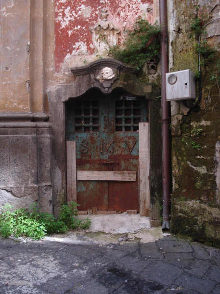 An intriguing doorway in Naples