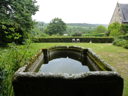 The huge stone water trough at Quinipily